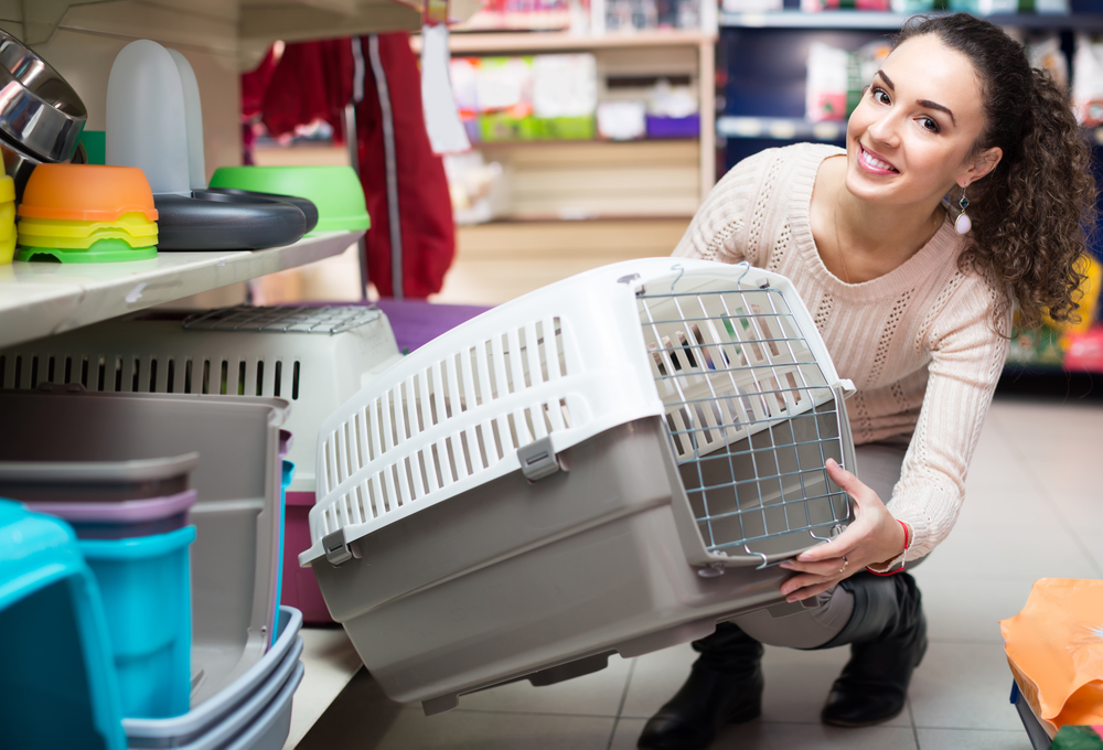 woman buying pet kennel.